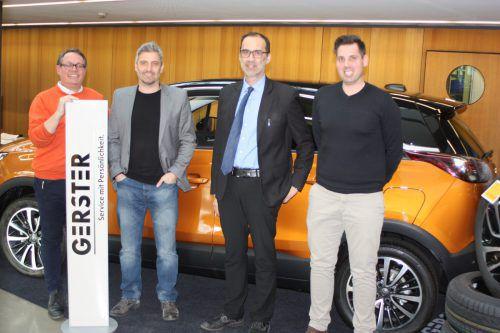 Christoph Gerster (li.), Geschäftsführer vom Autohaus Gerster, empfing vor dem Derby FCD-Coach Markus Mader (m.) und VfB-Trainer Peter Jakubec.tk