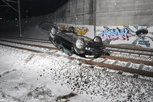 Das Fluchtauto landete auf der Bahnstrecke Uzwil-Flawil bei St. Gallen. kapo
