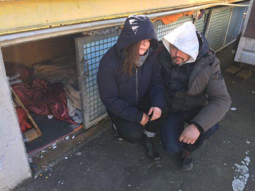 Das obdachlose Paar vor seiner notdürftigen Behausung. Hier leben die beiden seit mehreren Monaten. VN/ Kuster