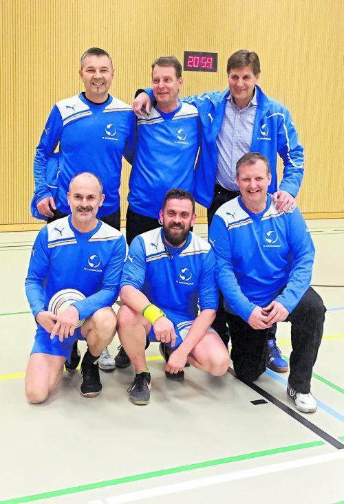 Das siegreiche Sextett der TS Schwarzach bei den Senioren in der Hallenmeisterschaft des Ostschweizer Faustballverbands. Privat