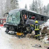 Bus prallt gegen Steinmauer: 24 Verletzte