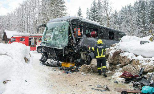 Der Bus dürfte wegen starken Schneefalls von der Straße abgekommen sein. APA