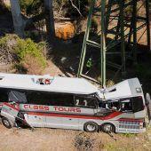 Bus mit Schülern stürzt in Schlucht
