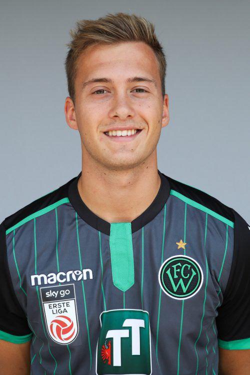Der Ex-Innsbrucker Simon Pirkl sitztbeim Westderby auf der Tribüne. gepa