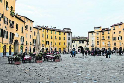 Der ovale Platz im Stadtkern ist einbeliebter Treffpunkt. erh