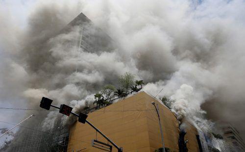 Dicke Rauchschwaden umgeben das Manila Pavillon Hotel. ap