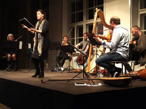 Die französische Sängerin Claire Lefilliatre gemeinsam mit dem Ensemble Los Impossibles. JU