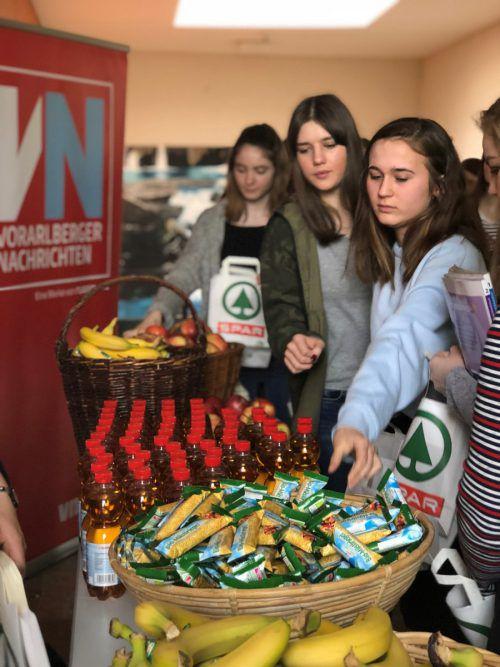 Die Schülerinnen nahmen das Gesunde Jause-Angebot gerne an. VN/Schaffgotsch