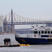 Hubschrauber stürzt in East River