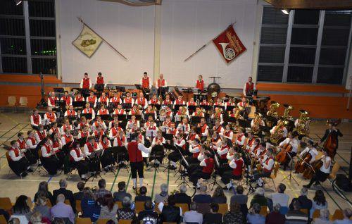 Die zwei Musikvereine Alberschwende und Müselbach luden zu einem Gemeinschaftskonzert mit 90 Akteuren auf der Bühne. mam
