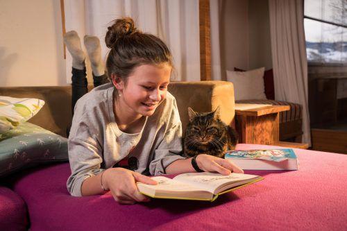 Diese spannende Lektüre will sich auch die Katze von Johanna (13) aus Andelsbuch nicht entgehen lassen. L. Berchtold