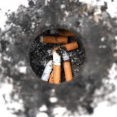 Zank ums Zigaretterl im Café