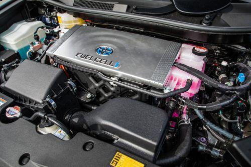 Eine Brennstoffzelle produziert aus Wasserstoff Strom für den E-Motor.