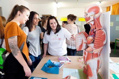 Um junge Leute für den Pflegeberuf zu interessieren, ziehen Schulen und Krankenhäuser alle Informationsregister.khbg/mathis