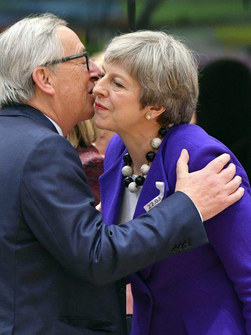 EU-Kommissionschef Juncker begrüßt die britische Regierungschefin May. In der Giftaffäre zeigt sich die EU solidarisch mit London. AP