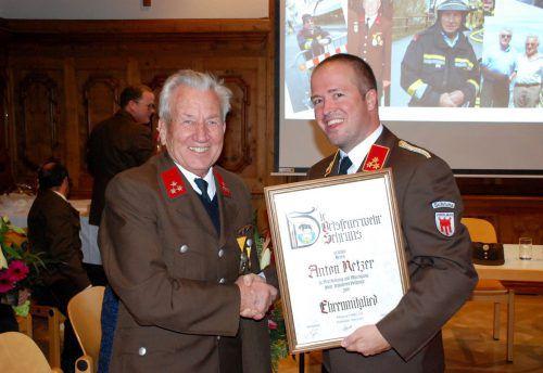 Feuerwehrkommandant Lukas Beck beglückwünscht Anton Netzer.