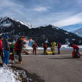 37-Jährige überlebte bei Hirschegg unter Lawine, die ein Skilehrer auslöste. B1