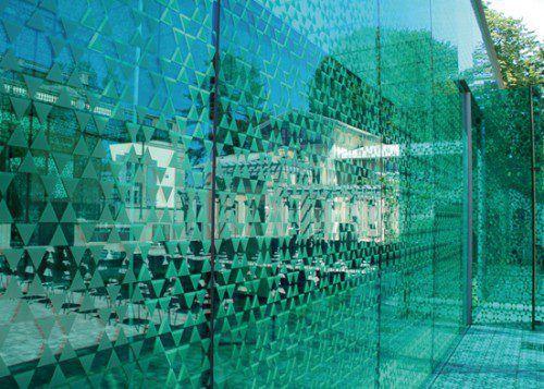 Flächige Muster auf Glasscheiben gelten als wirksamste Schutzmaßnahme.