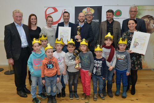 """Freudentag in Frastanz: Vertreter des Unternehmens 11er und der Gemeinde Lustenau durften einen """"Energy Globe"""" in Empfang nehmen. VLK/Serra"""