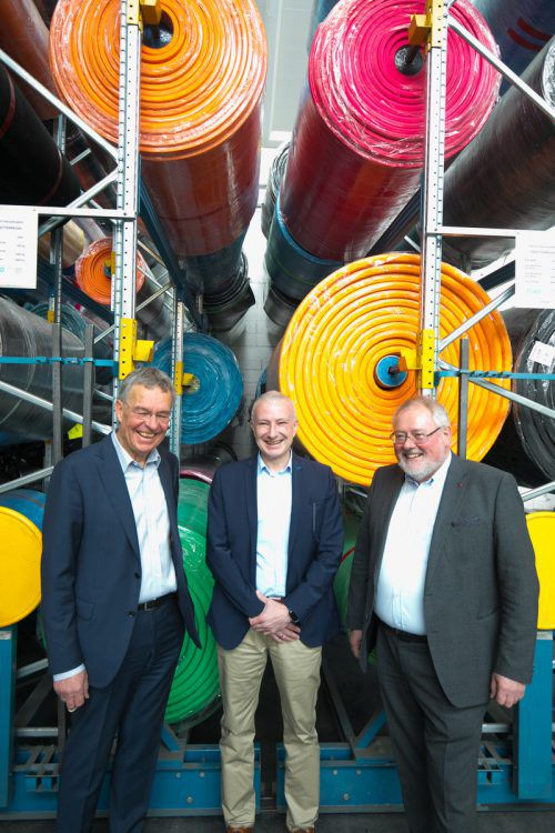 Georg Comploj (Getzner, Mutter & Cie.), Jürgen Rainalter (Getzner Werkstoffe) und Josef Lampert (Getzner Textil) haben allen Grund zu feiern. VN/Hartinger