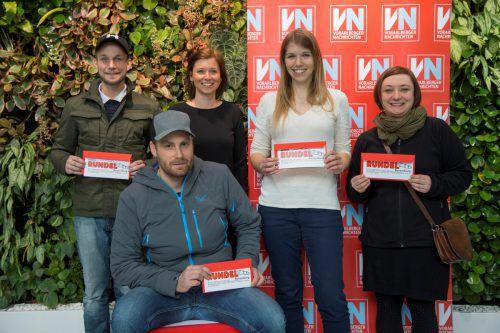 Glückliche Rundel-Gutschein-Gewinner mit Medienberaterin Nadja Mauser (3. v. r.) bei Russmedia in Schwarzach.Paulitsch