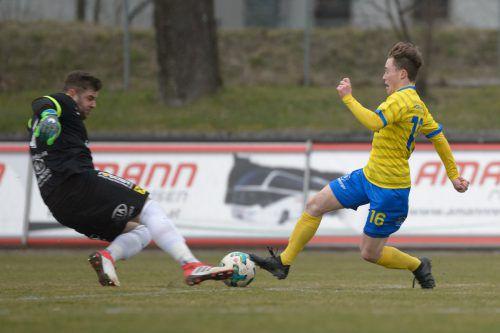 Hard-Goalie Dominik Lampert (l.) gegen VfB-Spieler Matthias Brugger.VN-stiplovsek
