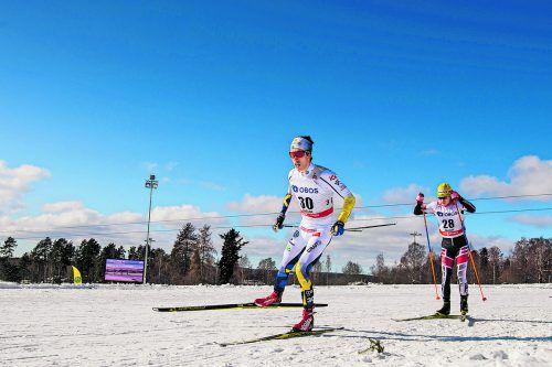 Langläufer Dominik Baldauf (r.) versucht, im Sprintbewerb das Tempo des Schweden Marcus Hellner mitzugehen.gepa