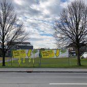 Gelbe Pfeile zeigen Müllsünden auf