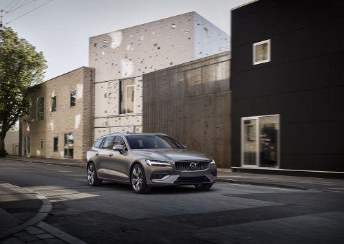 Nach und nach entledigt sich Volvo dem Erbe der 2010 beendeten Ford-Ära. Als Nächstes erneuern die Schweden den V60, der wie zuvor die Baureihen XC90/60 und S90/V90 auf der mit Neueigner Geely entwickelten SPA- statt wie bisher auf Mondeo-Plattform aufsetzt. Und damit ist bereits der technische Rahmen gesteckt: Der V60 ist einfach ein kleiner Zwilling des V90.