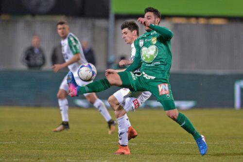 Nicht viel lief zusammen, vor allem im Spielaufbau. Austrias Kürsat Güclü im Duell um den Ball gegen Florian Toplitsch.gepa