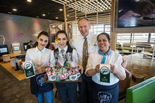 Pioniere: Die Mitarbeiterinnen des Lustenauer McDonald's-Restaurants (mit Chef Loek Versluis) bringen das Essen nun auch an den Tisch.VN/Steurer