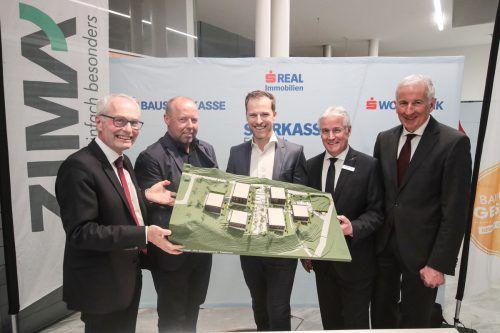 Anton Steinberger (Sparkasse), Johannes Kaufmann, Claudio Kohler (Zima), Caser Herbert (Sparkasse) und Bgm. Wilfried Berchtold bei der Präsentation. ZIMA