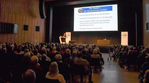 Primar Günter Höfle riet den vielen MedKonkret-Besuchern im Feldkircher Montforthaus zu verstärkter Aufmerksamkeit, denn Osteoporose schränkt die Lebensqualität deutlich ein. vn/lerch