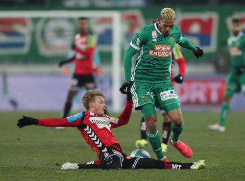 Rieds Pius Grabher im Zweikampf mit Joelinton, der per Elfmeter den 1:1-Ausgleich für Rapid erzielte.GEPA