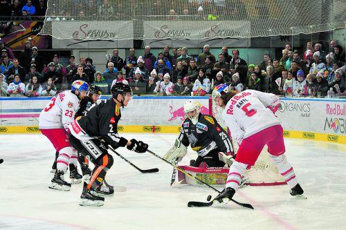 Salzburg-Stürmer Brant Harris (l.) lauert auf den Pass von Teamkollege Thomas Raffl, Michael Caruso, Olivier Magnan und Rasmus Rinne sind defensiv gefordert. gepa