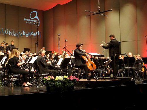 Standing Ovations gab es beim Konzert des Musikvereins Altenstadt mit dem Cellisten Maximilian Hornung, dirigiert von Markus Lins. ju