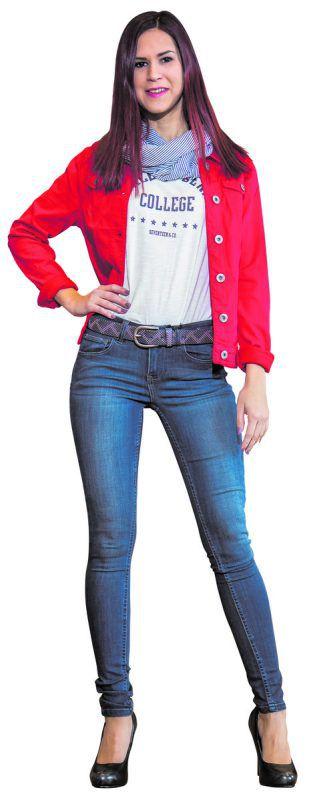 STartklar für den Frühling             Sabine aus Sulz trägt ein Outfit von Fussl in Rankweil: Jeansblazer (59,99), Tuch (15,99), Gürtel (25,99), Jeanshose (49,99) sowie T-Shirt (15,99). VN/Steurer