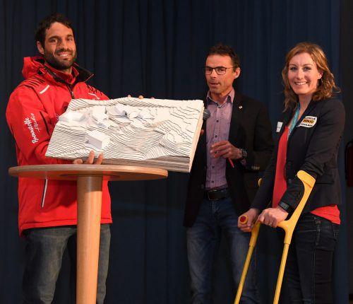 SV-Zwischenwasser-Obmann Marko Türtscher und Bgm. Kilian Tschabrun präsentieren das Modell den geplanten Eigenheims der Familie Eder in Zwischenwasser.