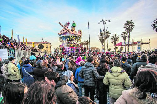 Tausende Menschen kommen jedes Jahr zu den Umzügen in Viareggio.Shutterstock