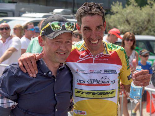 Teamchef Thomas Kofler mit Victor de la Parte nach dessen Gesamtsieg bei der Österreich-Radrundfahrt 2015.gepa