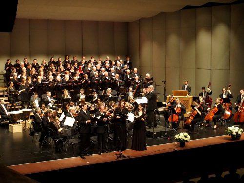 Unbestritten blieb der schöne Gesamterfolg der 70 Chorsänger und 40 Musiker des Symphonieorchesters Vorarlberg. JU
