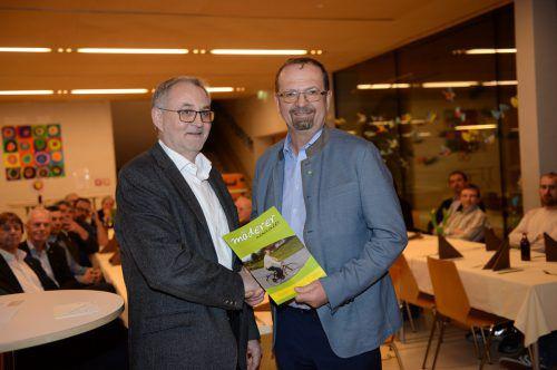 Vizebürgermeister Rainer Gögele gratuliert Jubilar Rainer Siegele. Gemeinde