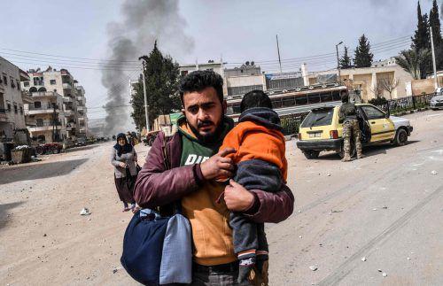 Zivilisten bringen sich in Afrin-Stadt in Sicherheit vor den Kämpfen. AFP