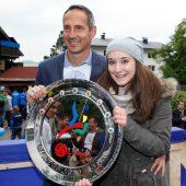"""<p class=""""caption"""">Adi Hütter mit Tochter Celina und dem Erste-Liga-Meisterteller 2013</p>"""