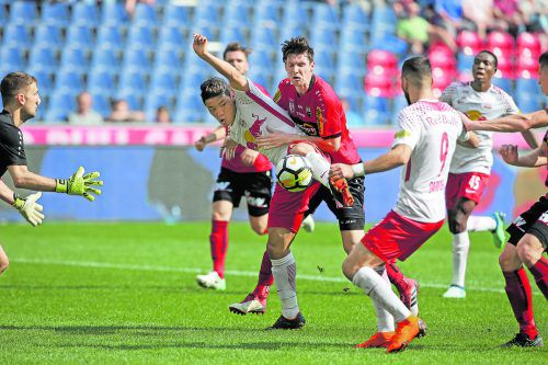 Altach-Torhüter Andreas Lukse bekommt von Teamkollege Benedikt Zech Hilfe gegen Salzburgs Stürmer Hee Chan Hwang.gepa