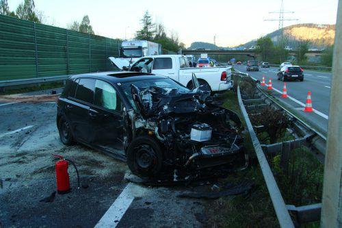 Am Auto und am Kleinlaster entstand beim Unfall in Altach Totalschaden. Die Fahrer wurden ins Spital gebracht. VOl.at/Vlach