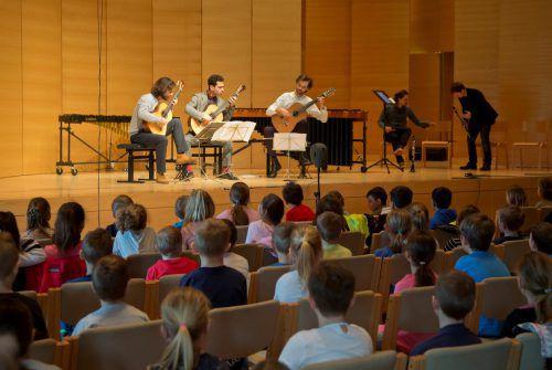 Am gestrigen Vormittag erlebten zahlreiche Schüler und auch Kindergärtler im Angelika-Kauffmann-Saal in Schwarzenberg ein klassisches Gitarrenkonzert. VN/Paulitsch