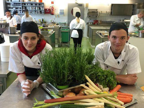 Auch Selina und Sebastian von der PTS Feldkirch zauberten beim Wettbewerb in der Landesberufsschule Lochau ein dreigängiges Menü. VN/MEF