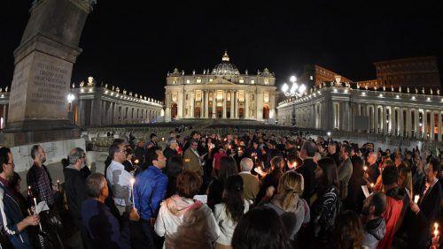 Auf dem Petersplatz drückten Hunderte Menschen ihre Anteilnahme für Alfie aus. AP
