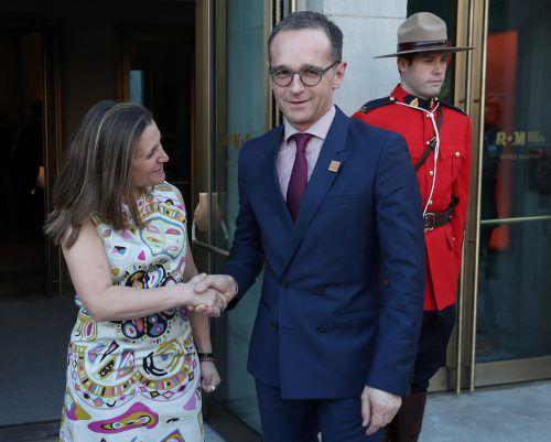 Außenministerin Chrystia Freeland begrüßt ihren deutschen Amtskollegen. reuters